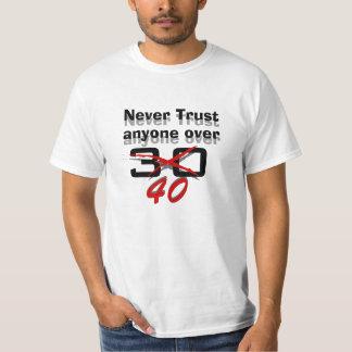 Nunca confie qualquer um sobre 40 camiseta