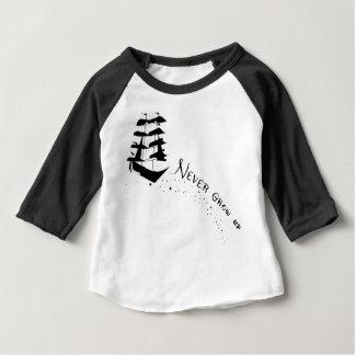 Nunca cresça acima a camisa do navio de pirata