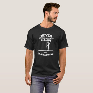 Nunca subestime uma cara idosa em um paddleboard camiseta