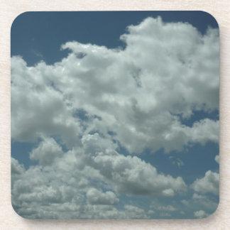 Nuvens brancas macias no céu azul porta-copos