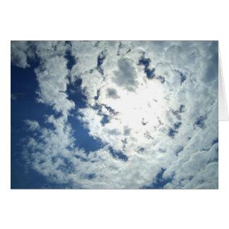 Nuvens com um sunbreak lindo cartao