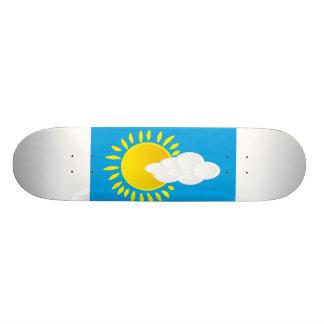 Nuvens do céu azul e skate da imagem de Sun