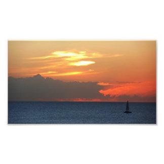 Nuvens do por do sol e impressão da foto do veleir