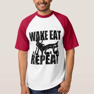 O ACORDAR COME A REPETIÇÃO do surf da multidão (o Camiseta