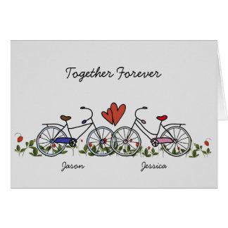 O amante da bicicleta acopla o cartão dos