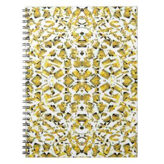 O amarelo dá forma ao caderno