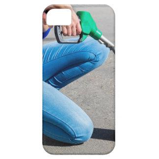 O amarelo de enchimento da mulher pode com capa para iPhone 5