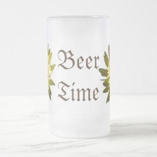 O amarelo do tempo da cerveja floresce a caneca do