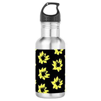 O amarelo floresce a garrafa de água