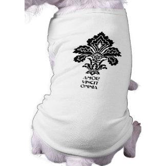 O amor conquista tudo (preto-branco) camisa sem mangas para cachorro