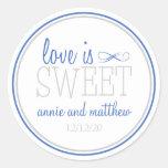 O amor é etiquetas doces (azul/prata) adesivo em formato redondo