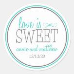 O amor é etiquetas doces (cerceta/cinzas) adesivos em formato redondos