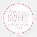 O amor é etiquetas doces (cora/Terra Cota) Adesivos Redondos