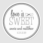 O amor é etiquetas doces (preto/cinzas) adesivos redondos