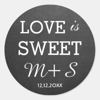 O amor é monograma doce do quadro dos favores do adesivo redondo