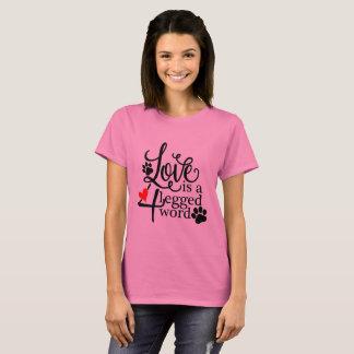 O amor é um t-shirt equipado com pernas de 4 camiseta