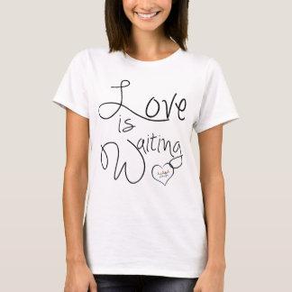 O amor está esperando a camisa da adopção de  