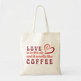 O amor está no ar, e cheira como o bolsa do café