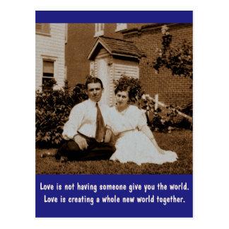O amor não está tendo alguém dá-lhe o mundo… cartao postal