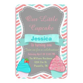 O aniversário bonito do cupcake das meninas convite 8.89 x 12.7cm