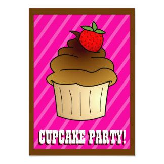 O aniversário cor-de-rosa bonito do cupcake da convite personalizados