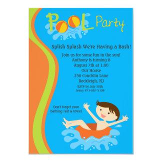 O aniversário da festa na piscina dos meninos do convite 12.7 x 17.78cm