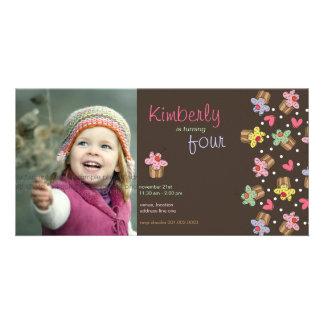 o aniversário dos cupcakes da cereja doce do fatfa cartão com fotos