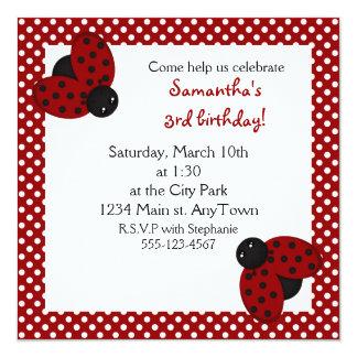 O aniversário vermelho bonito dos joaninhas convite quadrado 13.35 x 13.35cm