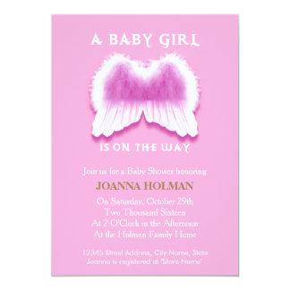O anjo cor-de-rosa voa o cartão do chá de fraldas