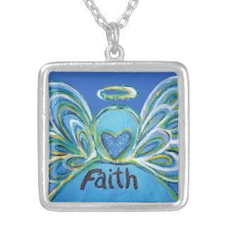 O anjo-da-guarda azul da fé exprime a colar