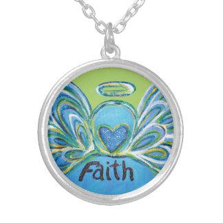O anjo-da-guarda verde da fé exprime a colar