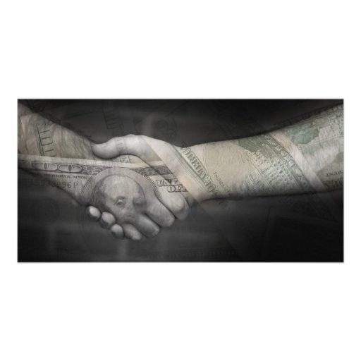 O aperto de mão do dinheiro cartões com fotos