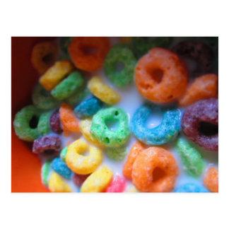 O arco-íris dá laços na piscina do cereal cartão postal