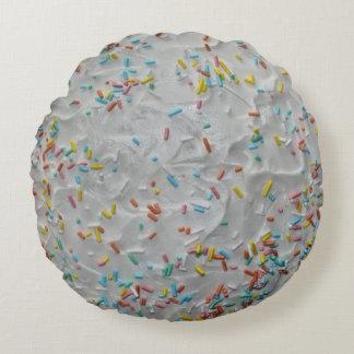 O arco-íris polvilha no glacé branco almofada redonda