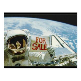 O astronauta vende a terra cartões postais