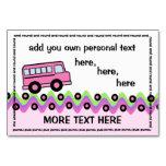 O auto escolar roda o cartão cor-de-rosa do
