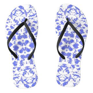O azul dá forma a chinelos