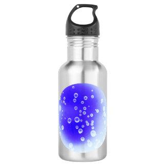 O azul deixa cair a garrafa de água