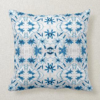O azul sae do travesseiro decorativo do almofada