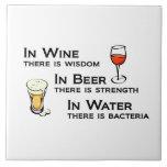 O azulejo ou Trivet com os amantes do vinho e da c