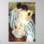 O banho por Mary Cassatt, belas artes da criança Posters