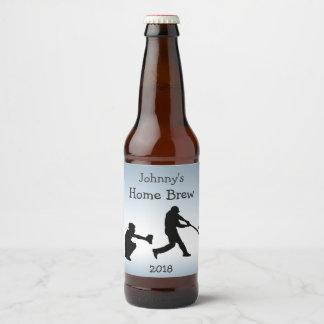 O basebol azul ostenta a etiqueta da cerveja