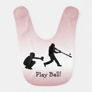 O basebol cor-de-rosa ostenta o babador do bebê