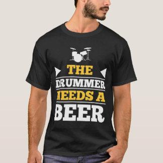 O baterista precisa uma cerveja t-shirts