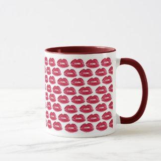 O batom vermelho beija o copo gostoso da caneca de