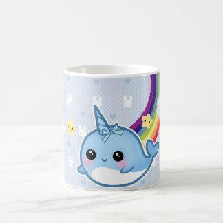 O bebê bonito narwhal com arco-íris e o kawaii caneca de café