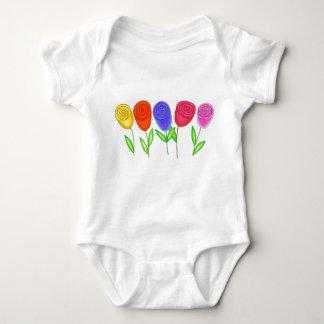 O bebê brota a camisa