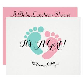 O bebê cor-de-rosa revela o convite do chá de
