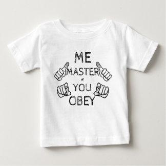 """O bebê diz: """"Mim mestre, você obedece! """" Camiseta Para Bebê"""