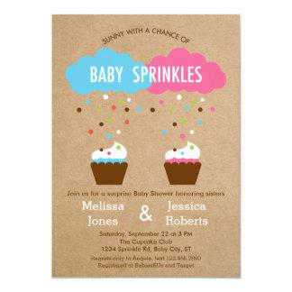 O bebê do cupcake polvilha o convite do chá de